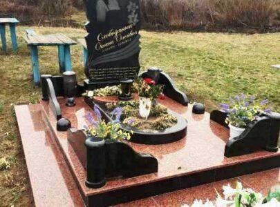Пам'ятник з кольорового граніту на могилу