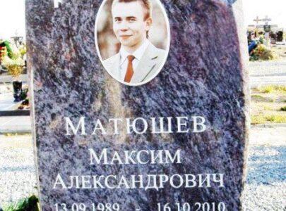 Пам'ятники з кольоровою фотографією на кладовищі